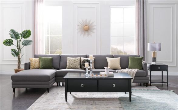 随着人们的生活水平逐渐的提高,生活节奏的不断加快,在繁忙的工作中我们能够享受闲暇的时光越来越少.人们选择合适的生活方式也越来越多,每每下班回到家中休息,或坐或倚在沙发上,在放松身心的同时,也可尽情享受沙发带来的归属感.沙发为舒适而生,而美式沙发更是为生活而生.美式沙发简洁大方的设计,抓住了喜欢简洁主义的消费者的心,在目前的家具市场上占据了不少的份额,而顿图美式沙发就是在美式沙发领域中的佼佼者.            美式沙发的设计风格大部分和美式生活息息相关,表现自我、随性而行重点体现了这一风格的独特灵感.对于这种简洁风格的设计,大多数人常常将它和经典联系在一起,但是不过时的经典是颜值与舒适并存.顿图美式沙发将时尚与经典巧妙的融汇在了一起,纯正美式血统顿图沙发满足你对温柔和舒适的双重追求,这种组合不仅让人们眼前一亮,而且更能体现的是顿图设计师的精巧的设计.            顿图美式沙发来源于1994年顿图先生在美国创立的品牌,其品牌理念是倡导人们对舒适、艺术、品质、自由的喜欢和热爱.同时通过从美学、哲学、舒适、健康等多个角度出发,根据人体工程学原理,设计并制作出让消费者倍感舒适的美式沙发.顿图美式沙发专门的P.C.Hpa坐感研究院,精心针对亚洲人群的身材设计,通过对黄金比例、严苛选材、材料工艺等的协调,让美式沙发全面贴合人体腰臀曲线.顿图美式沙发的设计理念源于自由生活美学,这种设计理念完全是在美式生活中的灵感.在全球都在追求绿色环保的今天,顿图美式沙发始终采用的是绿色环保的原材料制作产品,同时大大的改善了生产工艺,将环保始终放在首要的位置,同时也为了创造更美好的生活环境做出了自己应有的努力.            顿图美式沙发无论是在面料上还是在做工上都尤为出色,深受广大消费者的好评.在顿图美式沙发面世的产品中,在面料上分为好几种:夸克面料、优质棉麻、酷冰纤面料等.这些面料中顿图最广泛使用的是夸克面料,夸克面料不仅非常耐磨,而且抗皱性能也特别的好,通过了美国进口环保标准的检验,还获得了相关的认证,其遇水的缩水率仅仅为3.2%,远远地低于其他品质面料.与此同时,该面料的形状能够长时间的保持,在抗磨测试中,摩擦6万次都没有起球的现象,大大的打消了消费者对面料的担忧.            目前顿图美式沙发分为九大系列:(1)休闲美式·弗恩系(2)轻奢美式·摩尔系列(3)现代美式·沃克系列(4)简约美式·伊凡系列(5)新古典美式·格林系列(6)现代美式·艾伦系列(7)地中海·塔希提系列(8)休闲美式·米勒系列(9)轻奢美式·索诺玛系列.对于喜欢美式沙发的消费者来说,这些都是非常不错的选择.